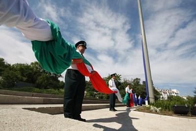 Издигането на огромните знамена на високите пилони, поръчани от Николай Василев, бе с тържествени церемонии. СНИМКА: Булфото