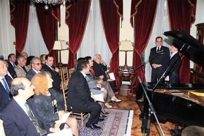 Посланик Сюлейман Гьокче (правият вляво) представя пред гостите  програмата на камерния концерт.   СНИМКА: Пиeр Пeтров