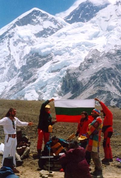 Групата на Еверест размахва българското знаме, докато е на върха през май 1996 г. СНИМКА: ЛИЧЕН АРХИВ
