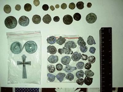 Откритите културно-исторически предмети при полицейската операция в Пазарджик и региона. СНИМКА: МВР