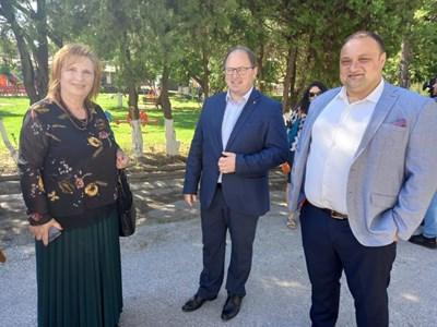 Кметът на община Садово Димитър Здравков (в средата) и кметицата на Поповица Веска Мирчева в очакване на премиера. Снимки: Авторът