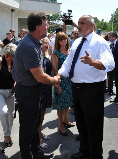 Премиерът Бойко Борисов се поздравява с хората при откриването на ремонтирания път Старо Оряхово - Долни Чифлик и Гроздьово - Провадия. СНИМКА: Лиляна Трънкова