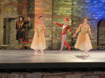 """""""Лебедово езеро"""" бе представен в естествения декор на царския дворец на Царевец СНИМКА: Дима Максимова"""
