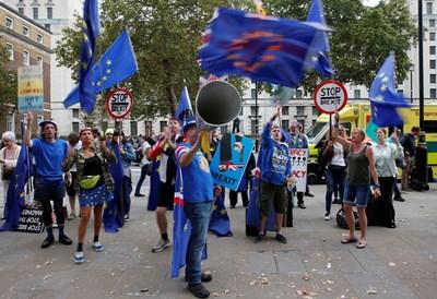 Противници на Брекзит протестират в центъра на Лондон. СНИМКА: РОЙТЕРС
