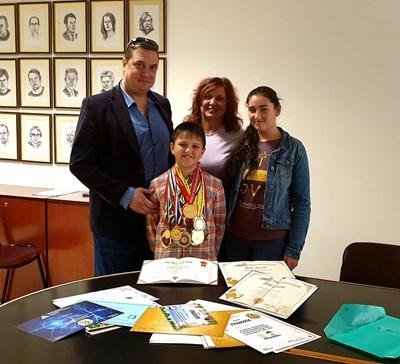 Йордан ни показа многобройните си медали заедно със семейството си - баща му Емил, майка му Евгения и първата му братовчедка Ани.