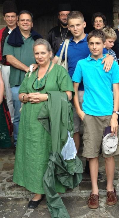 Юлиан Попов със съпругата си Таня и синовете им Александър (на 14 г., на преден план) и Джордж (на 16 г.) в Троянския Балкан. Зад Попов е Джон Бризби.