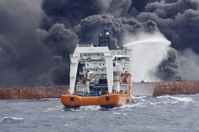 """Танкерът """"Санчи"""", превозващ 136 000 тона кондензирани въглеводороди, се запали на 6 януари след сблъсък с китайски товарен кораб. Снимка РОЙТЕРС"""