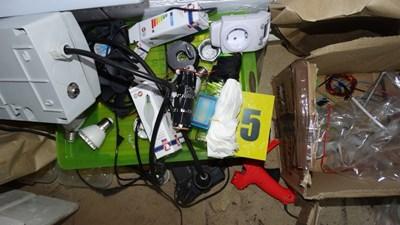 Част от намерените вещества и устройства в таванските стаи, позлвани от ученик в Пловдив.