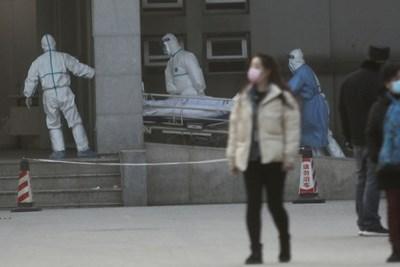 Медици карат на носилка пациент с пневмония в китайския град Ухан, откъдето тръгна заразата.