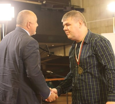 Dimitar Hristov shook hands with Boyko Borisov during his 2014 award Photo: Archive