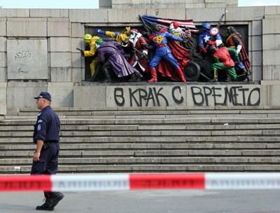 Паметникът на Съветската армия, преобразен от Destructive Creation през юни 2011 г.  СНИМКА: АРХИВ