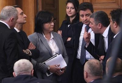 Корнелия Нинова   със свои депутати в един от последните дни на БСП в парламента през февруари.