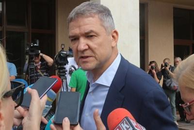 Бизнесменът Пламен Бобоков говори пред журналисти. СНИМКА: Румяна Тонева
