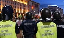 Пострадали са двама полицаи при протестите снощи