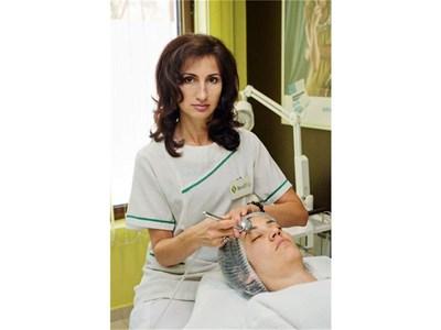 """Терапевтката Боряна Тимнева демонстрира как работи новият метод. Кислородът се вкарва с уред, известен като """"пурата на Мадона"""". СНИМКИ: JUWEL SKIN"""
