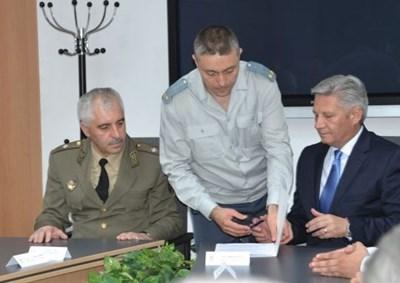 Ген. Пламен Ангелов (вдясно) пое военното разузнаване преди година от ген. Светослав Даскалов (вляво). И срещу двамата бяха подвигнати обвинения.