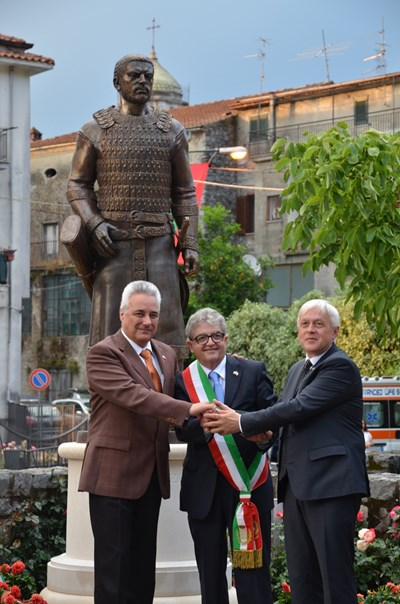 Статуята на хан Алцек беше открита от посланик Марин Райков и от кметовете на Челе ди Булгерия и Велики Преслав Джино Марота и Александър Горчев СНИМКА: Архив