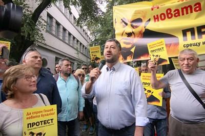Христо Иванов говореше на събралите се демонстранти пред ВСС на микрофон. СНИМКА: Румяна Тонeва