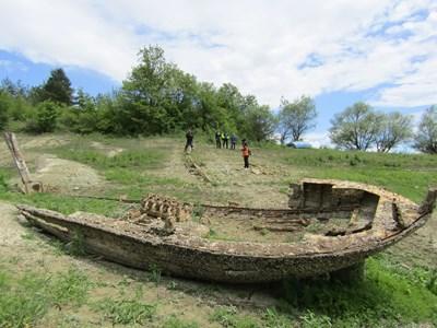"""15-метровият кораб остана на сушата, след като водата в язовир """"Тича"""" се отдръпна."""