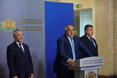 """Бойко Борисов представи заедно с Валери Симеонов промените в кабинета. Те бяха силно орязани спрямо първоначалната договорка на тримата, която само """"24 часа"""" описа след срещата им в сряда.  СНИМКА: ЙОРДАН СИМЕОНОВ"""