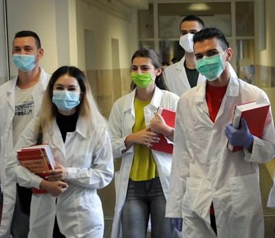 За студентите по медицина част от практиките се провеждат присъствено.