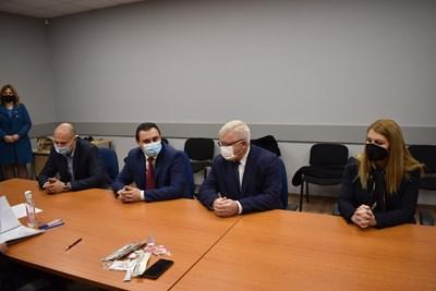 Министрите на финансите Кирил Ананиев и на правосъдието Десислава Ахладова регистрираха листата на ГЕРБ в Перник вчера.  СНИМКА: ГЕРБ