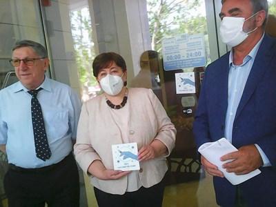 """Първият стикер, удостоверяващ 100% ваксиниран персонал в обект, беше поставен лично от министъра на туризма доц. Стела Балтова и главния държавен здравен инспектор доц. Ангел Кунчев на хотел в курорта """"Албена"""".  СНИМКА: ДИЯНА РАЙНОВА"""