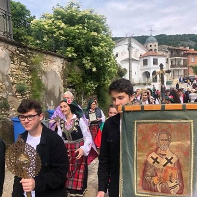 """С тържествено шествие иконите от местната църква бяха пренесени до параклиса """"Св.св. Константин и Елена"""", който се намира край Яврово Снимки община Куклен"""