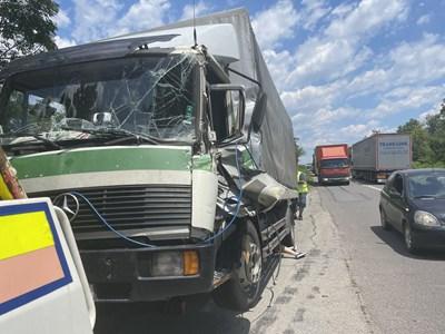"""От удара между двата камиона на отклонението от магистрала """"Тракия"""" щетите са само материални, но катастрофата забави движението на автомобилите и в двете посоки. Снимки: Ваньо Стоилов"""