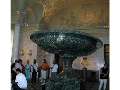 """""""Царицата на вазите"""" в Зимния дворец е най-голямата в света. 770 души са били нужни, за да я поставят в залата"""