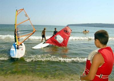 При най-скъпите морски лагери децата могат да вземат и уроци по каране на сърф или ветроходство.  АВТОР: БУЛФОТО