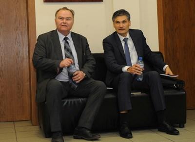 Светлин  Михайлов (вляво) и Евгени Георгиев преди изслушването във ВСС. СНИМКА: Десислава Кулелиева