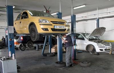 Първоначалният технически преглед на автомобила вече ще правят и частни сервизи.