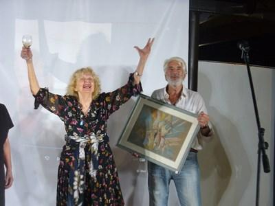 Братът на Никола Манев - Добромир, връчи на Татяна Лолова картината на големия художник. СНИМКА: ВАНЬО СТОИЛОВ