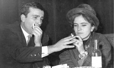 Любомир Левчев и Дора Бонева се влюбват от пръв поглед на сбирка за студенти.