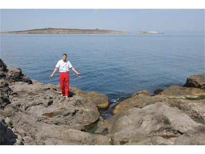 Сервитьорът Христо Кънчев, спасил двете приятелки на Едит, показва къде в Созопол се е случило нещастието.   СНИМКИ: ЛИНА ГЛАВИНОВА И НЕНКО СТАНЕВ