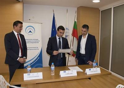 До края на програмата се очаква от ваучерите да се възползват поне 30 български компании, обясни изпълнителният директор на агенцията за малки и средни предприятия Бойко Таков (в средата).
