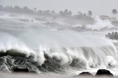 Китай отзова кораби, евакуира хиляди заради тайфуна Байлу