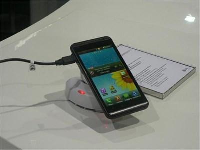 """LG Optimus 3D работи с операционна система """"Андроид""""."""