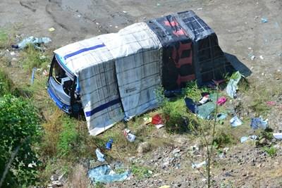 Падналият в пропастта автобус  СНИМКИ: ЙОРДАН СИМЕОНОВ