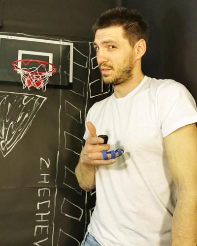 """Любомир Жечев е тренирал баскетбол и футбол. Неслучайно в """"студиото"""", където снима видеата си, има баскетболен кош.  СНИМКИ: ЛИЧЕН АРХИВ"""
