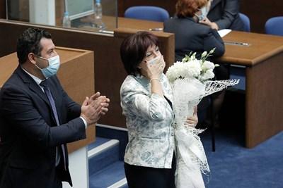 Цвета Караянчева получи букет от съпартийците си след отхвърлянето на оставката и?. СНИМКА: ГЕРБ