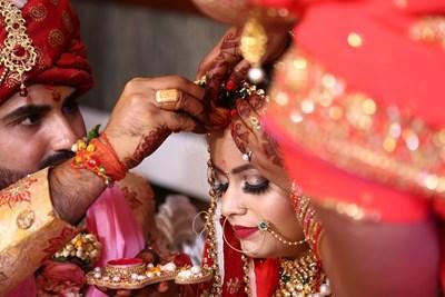 Много индийци въздъхват с облекчение, когато броят на сватбарите се ограничава до 50 заради коронавируса.