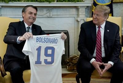Болсонаро получи от Тръмп фланелка на американския национален тим с името си на гърба й...