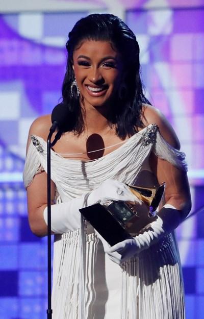 Карди Би с наградата си за най-добър рап албум СНИМКА: Ройтерс