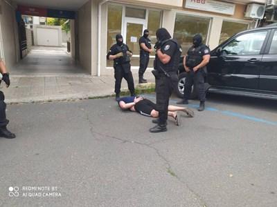 41-годишният подпалвач е арестуван от спецполицаи в Бургас Снимки:МВР