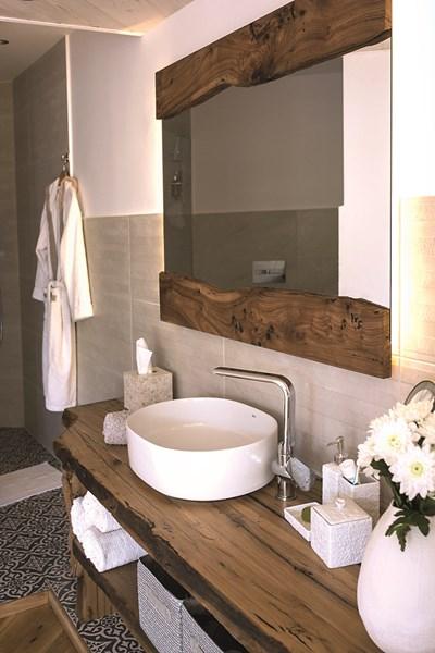Испански плочки и Rustica за красива баня