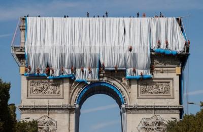 95-има работници спускат плата от върха на Триумфалната арка. СНИМКА: РОЙТЕРС