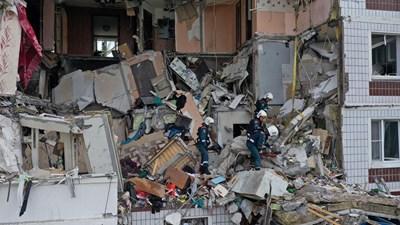 Двама души са загинали от взрива на газ, частично разрушил днес жилищна сграда в руския град Ногинск, а шест души са в среднотежко състояние Снимки: Ройтерс
