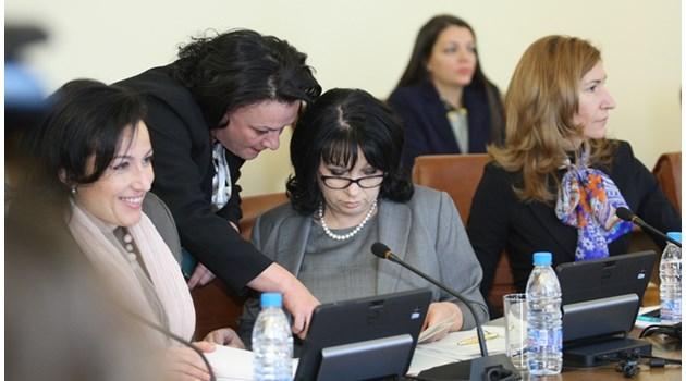 Министърът на земеделието Десислава Танева, енергийният министър Теменужка Петкова и екоминистъра Ивелина Василева